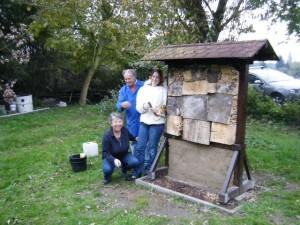 Der Bautrupp des Wildbienenhotels nach vollendeter Tat